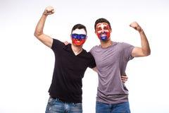 La Russie contre la Slovaquie sur le fond blanc Les passionés du football des équipes nationales célèbrent, dansent et crient Images stock