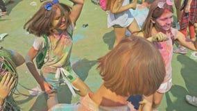 LA RUSSIE, IRKOUTSK - 27 JUIN 2018 : Les jeunes heureux dansant et célébrant pendant le festival de Holi de couleurs Foule de