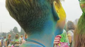 LA RUSSIE, IRKOUTSK - 27 JUIN 2018 : Les jeunes heureux dansant et célébrant pendant le festival de Holi de couleurs Foule de banque de vidéos