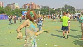 LA RUSSIE, IRKOUTSK - 27 JUIN 2018 : Les jeunes heureux dansant et célébrant pendant le festival de Holi de couleurs Foule de clips vidéos