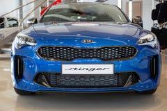 La Russie, Izhevsk - 4 avril 2019 : Salle d'exposition KIA Nouvelle voiture de sport Stinger dans la salle d'exposition de revend images libres de droits
