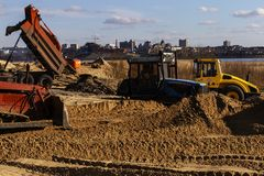La Russie, Kazan, peut 1, 2018, travaux de construction, tracteur et ascenseur, éditoriaux images libres de droits
