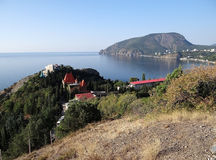 La Russie. La Crimée. Vue du village sur le bluff de sanatorium de falaise, le cap Plaka et la partie du sud-est du l'Ayu-Dag (our Photos libres de droits