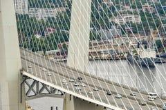 La Russie, le pont à travers la baie d'or de klaxon dans Vladivostok Images stock