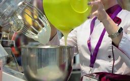 03 14 2019 la Russie, Moscou Boulangerie moderne Moscou d'exposition Un confiseur malaxe une crème utilisant une machine de produ images stock