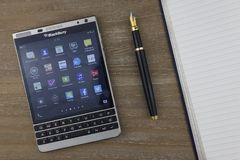 La RUSSIE, MOSCOU, février 2017 vue à partir du dessus sur le smartphone, le stylo-plume et le carnet de Blackberry s'étendant su Photos stock