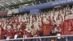 La Russie, Moscou - 15 juillet 2018 : La beaucoup de l'assistance des fans à la tribune de stade soulevant leurs mains, sport banque de vidéos