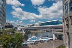 LA RUSSIE, MOSCOU, LE 7 JUIN 2017 : Le pont de Bagration est un pont piétonnier enjambant la rivière de Moscou à Moscou Photo stock