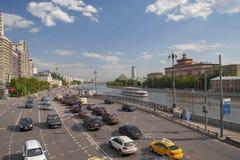 LA RUSSIE, MOSCOU - 11 MAI 2016 : Le trafic de voiture sur la fin de support de Kotelnicheskaya Image stock