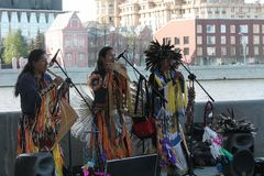 La Russie, Moscou, peut 9, 2015, Indiens jouant des instruments de musique, hippies, éditoriales Images stock