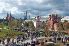 LA RUSSIE, MOSCOU - 16 SEPTEMBRE 2017 : L'église de l'icône de la mère de la vue de Dieu et de Kremlin de Zaryadye se garent deda Image libre de droits