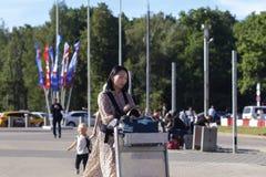 La Russie, Moscou, Vnukovo, le 27 juin 2018, fille descendant la rue, Coréen, éditorial photo libre de droits