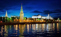 La Russie, Moscou, vue de nuit de la rivière, de pont et de Kremlin photos stock