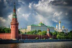 La Russie, Moscou, vue de la rivière, de pont et de Kremlin photographie stock libre de droits