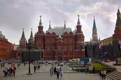 La Russie, Moscou, 07 20 2018 Vue sur le musée historique et les personnes d'état marchant le long de la place rouge, près de Kre image libre de droits