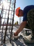 LA RUSSIE, NADYM - 6 JUIN 2011 : Homme inconnu, un travailleur de la construction Photos libres de droits