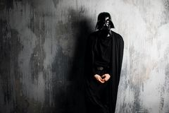 La Russie, Nizhni Novgorod - 4 février 2019 : homme dans un costume de Darth Vader Star Wars Casque de reproduction de costume de photo libre de droits
