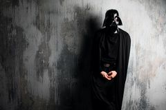 La Russie, Nizhni Novgorod - 4 février 2019 : homme dans un costume de Darth Vader Star Wars Casque de reproduction de costume de image libre de droits