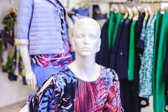 La Russie, Novosibirsk - 25 avril 2018 : intérieur de l'habillement et de la boutique EMPORIO des femmes de magasin d'accessoires images libres de droits