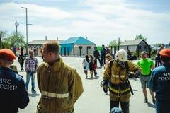 La Russie, Novosibirsk - 2 juin 2018 : concurrence indicative des sapeurs-pompiers et des sauveteurs professionnels tenue de prot images libres de droits