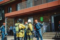 La Russie, Novosibirsk - 2 juin 2018 : concurrence indicative des sapeurs-pompiers et des sauveteurs professionnels tenue de prot image stock