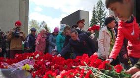 La Russie, Novosibirsk, le 9 mai 2017 : Fleurs de configuration de personnes au mémorial banque de vidéos