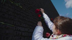 La Russie, Novosibirsk, le 9 mai 2017 : la femme lit des noms des soldats morts clips vidéos
