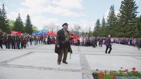 La Russie, Novosibirsk, le 9 mai 2017 : Vétéran de vieil homme près de monument banque de vidéos