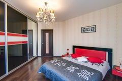 La Russie, Novosibirsk - 7 mai 2016 : appartement intérieur de pièce éléments décoratifs, grand beau lit dans la chambre à couche photo libre de droits