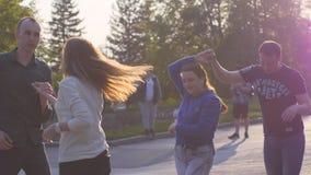La Russie, Novosibirsk, 21 peut 2017 Les personnes de festival de ville ont plaisir à danser en parc l'heure d'été pendant le bea Images stock
