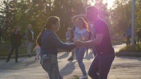 La Russie, Novosibirsk, 21 peut 2017 Les personnes de festival de ville ont plaisir à danser en parc l'heure d'été pendant le bea Photographie stock