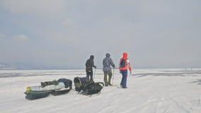 La Russie, Olkhon - 28 février 2018 : Groupe de touristes avec des traîneaux de glace marchant le long de la glace du lac Baïkal  banque de vidéos