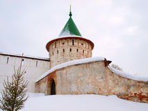 La Russie orthodoxe. Mur et tour d'un monastère photographie stock