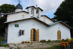 La Russie. Pskov. La double église de l'intervention et de la nativité de la mère la plus sainte de Dieu. Photos libres de droits