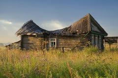 La RUSSIE, région de Tver - 24 juillet 2009 : Vieille maison en bois dans le Tve Photographie stock
