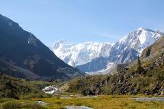 La Russie, République d'Altai Photos très belles de nature en hautes montagnes couronnées de neige d'Altai, rivières rapides et b images stock