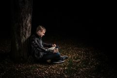 La RUSSIE Riazan, 20 10 2016 - Homme lisant un livre et buvant du thé dans une forêt tranquille d'automne photographie stock libre de droits