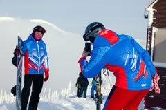 La Russie, Sheregesh 2018 11 17 skieurs professionnels dans le sport lumineux photo stock