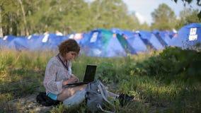 La Russie, Sibérie 2014 : Femme sur la nature avec un ordinateur portable Touriste avec l'ordinateur portable banque de vidéos