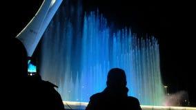 La Russie, Sotchi, 2018 Fontaine avec l'illumination en parc olympique clips vidéos
