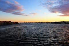 La Russie, St Petersburg, le coucher du soleil au-dessus du Neva image libre de droits
