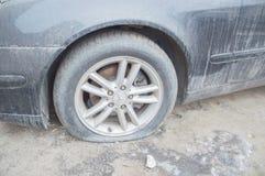 La Russie, St Petersburg, le 16 février 2017 - sur le trottoir est une voiture avec une roue cassée, Mercedes Image stock
