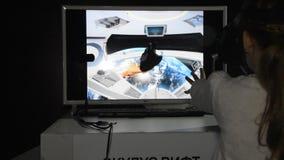 La Russie, St Petersburg, le 8 novembre 2018 - centre d'exposition, exposition des robots, main par les contrôles de capteur l'es banque de vidéos