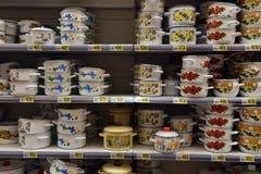 La Russie, St Petersburg 10,09,2017 pots à cuire dans le supermarke Photos stock