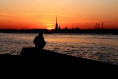 La Russie, St Petersburg, la silhouette d'un homme sur la berge photographie stock