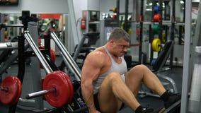 La Russie, Togliatti - 20 septembre 2018 : L'homme musculaire forme ses jambes dans le gymnase Concept de santé et de forme physi banque de vidéos