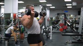 La Russie, Togliatti - 20 septembre 2018 : Trains sportifs d'homme dans le gymnase Biceps s'exerçant avec haltères banque de vidéos