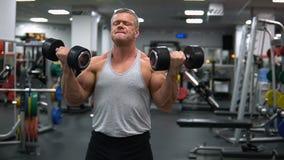 La Russie, Togliatti - 20 septembre 2018 : Trains sportifs d'homme dans le gymnase Biceps s'exerçant avec haltères clips vidéos