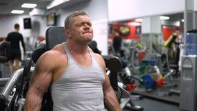 La Russie, Togliatti - 20 septembre 2018 : Trains sportifs d'homme dans le gymnase Formation de biceps banque de vidéos