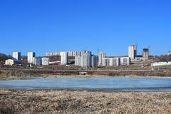 La Russie, Vladivostok, Patrokl Les bâtiments sur la rue de Sochinskaya et le lac anonyme sur Patrokl pendant l'hiver image stock